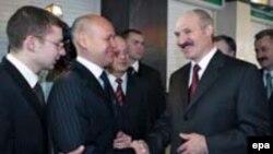 В течение всего дня голосования 19 марта государственные телеканалы давали итоги так называемых «экзит-полов», согласно которым Александр Лукашенко получил более 80 процентов голосов