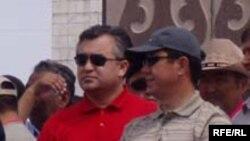 Непонятно, какие подозрения более опасны для Омурбека Текебаева (в красном) - в контрабанде наркотиков или связях с террористами