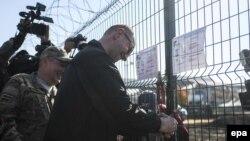 "Ukrainanyň premýer-ministri Arseniý Ýatsenýuk ""Diwar"" proýektini barlap görýär. 15-nji oktýabr, 2014 ý."