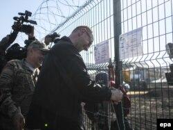 Арсеній Яценюк розглядає проект «Стіна» біля прикордонного пункту «Гоптівка» у Харківській області, 15 жовтня 2014 року
