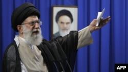 آیتالله علی خامنهای، رهبر جمهوری اسلامی، در نماز جمعه یک هفته پس از انتخابات