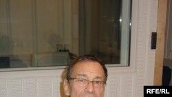 Выпускник ВГИКа Андрей Кончаловский приехал во Фрунзе в 1965 году и застал начало расцвета киргизского кино. Здесь он снял свою дипломную работу — фильм «Первый учитель»