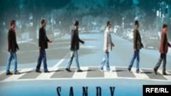 روی جلد آلبوم که کپی بی دليلی از طرح روی صفحه ترانه معروف گروه «بيتلز» به نام Abbey Road است، آب پاکی را روی دست کسانی می ريزد که به خاطر کارهای تازه و «عجيب و غريب» گروه سندی، آنها را دوست داشتند.