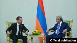 Встреча Сержа Саргсяна (справа) с Дмитрием Медведевым, Ереван, 7 аапреля 2016 г․