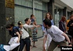 Православні радикали, прихильники законопроекту, закидають активістів яйцями
