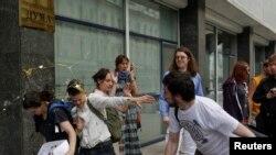 В участников пикета ЛГБТ-активистов у Госдумы летят яйца