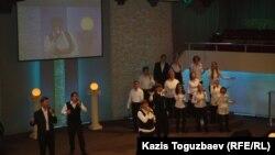 Исполнение церковного гимна в церкви «Новая жизнь». Алматы, 28 января 2013 года.