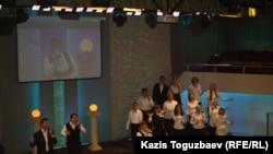 """""""Жаңа өмір"""" шіркеуінде шіркеу әін айтып тұрған адамдар. Алматы, 28 қаңтар 2013 жыл."""