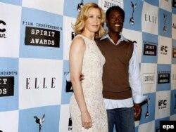 Felicity Huffman (bal oldalt) Don Cheadle (jobb oldalt) társaságában egy független filmes díjkiosztón 2006. november 28-án