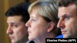 Ukrayna prezidenti Volodimir Zelenski (solda), Almaniya kansleri Angela Merkel və Fransa prezidenti Emmanuel Makron