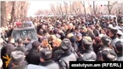 Протестующие перед президентским дворцом, Ереван, 29 января 2015 г․