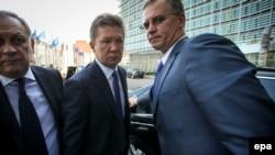 """Глава """"Газпрома"""" Алексей Миллер (в центре) прибыл на переговоры по газовому вопросу с участием ЕС и Украины. Брюссель, 11 июня 2014 года."""