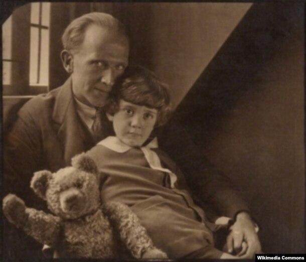 Yazıçı A. A. Milne oğlu Christopher Robin Milne və onun ayısı Pooh, 1926-cı ildə.