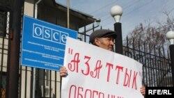 """""""Азаттыкты"""" обого чыгарууну талап кылган пикет, Бишкек, 2010-жылдын 15-марты."""