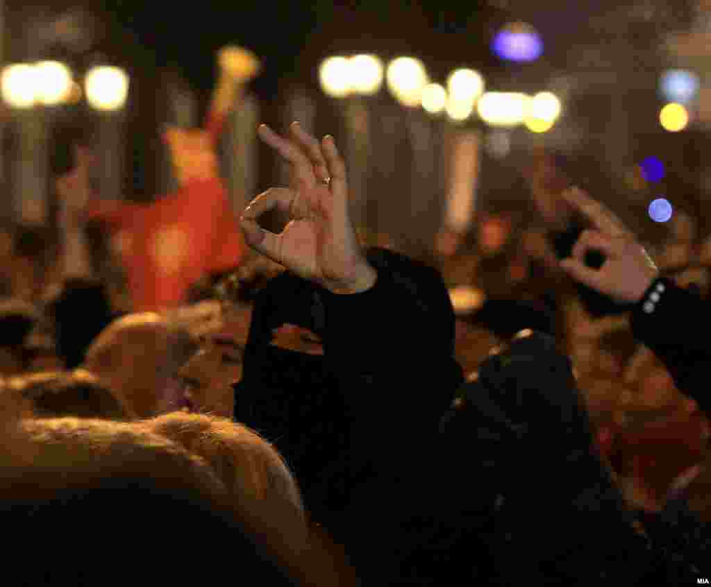 МАКЕДОНИЈА - Конгрес на кој ќе се избира нов лидер на ВМРО-ДПМНЕ во Валандово ќе има, соопшти партискиот Извршен комитет, откако на неговата последна седница не била прифатена иницијативата за одложување на Конгресот. Поголем број партиски членови, меѓу кои и високи функционери, бараа одложување на Конгресот, поради, како што рекоа, фаворизирањето на еден кандидат за нов лидер на најголемата опозициска партија.