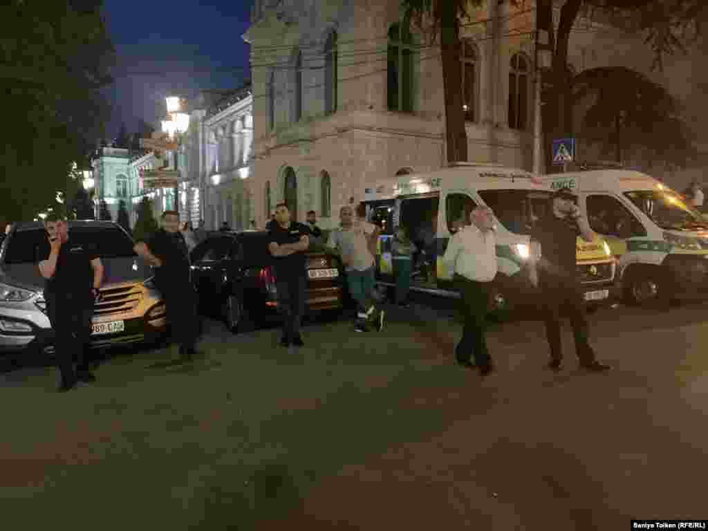 Полиция өкілдері наразы топты алыстан бақылап тұр. Тбилиси, 3 шілде 2019 жыл.