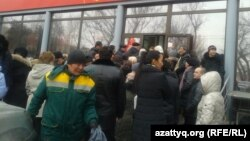 Люди стоят в очереди в банк. Алматы, 19 февраля 2014 года.