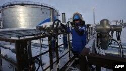 Ілюстраційне фото. Працівник «Газпрому» на потужностях Новопортівського родовища нафти. Ямало-Ненецький автономний округ, Росія, лютий 2015 року