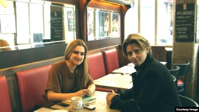دیلاره گورچو (چپ) کارولین فورست
