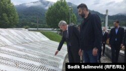 Šefik Džaferović i Emir Suljagić u Memorijalnom centru u Potočarima