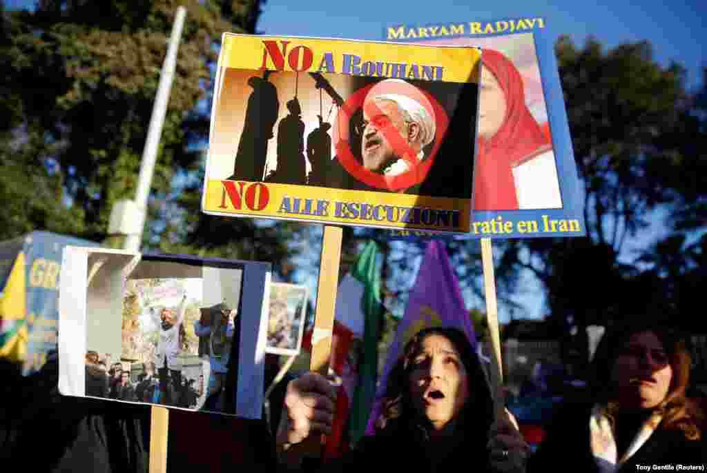 К посольству Ирана в Риме люди пришли с лозунгами, направленными против нынешнего президента Ирана Хасана Роухани. 2 января 2018 года