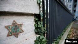Ограда еврейского кладбища в центре Берлина