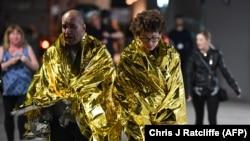 Людей выводят с места теракта в специальных одеялах, предназначенных для подобных случаев