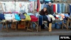 У грузинского рынка – женское лицо, уставшее и заветренное, покрывшееся морщинами. Женщины часами простаивают здесь, чтобы продать хоть что-нибудь
