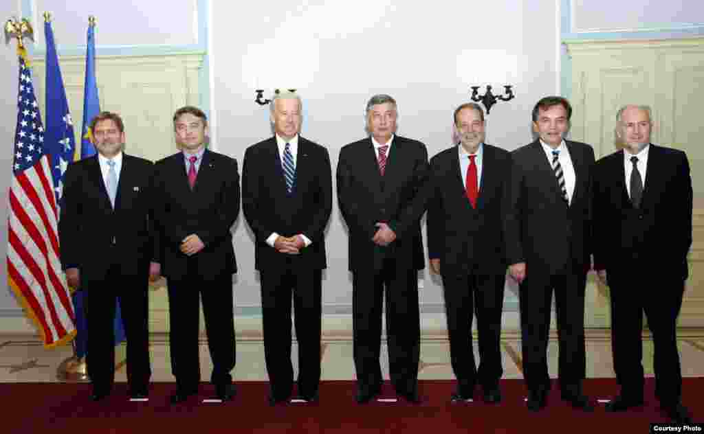 Grupna fotografija - Džozef Bajden, Čarls Ingliš, Havijer Solana, Valentin Incko i članovi Predsedništva BiH.