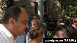 Заместитель руководителя Арабкирского административного района Еревана Грайр Антонян беседует с недовольными гражданами, 3 августа 2011 г.