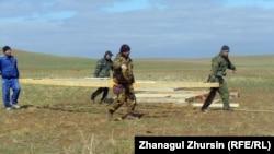 Құрылыс басындағы жұмысшылар тобы. Ақшат ауылы, 14 сәуір 2013 жыл.