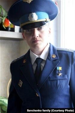 Надежда Савченко әскери киімде.