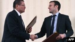 Министр экономического развития РФ Алексей Улюкаев и Эмманюэль Макрон во время встречи в Москве (архивное фото)