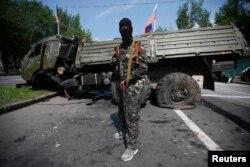 Член новоствореного угрупування «Російська православна армія», поряд з аеропортом в Донецьку, 29 травня 2014 року
