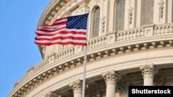 Флаг США у здания конгресса.