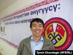 Кыргызча bizdin.kg интернет барагынын негиздөөчүсү Чоробек Сааданбеков. Бишкек, 30.3.2011.