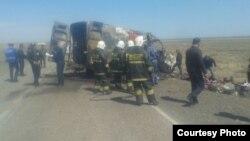 Спасатели и полицейские на месте аварии в Жамбылской области Казахстана. 19 апреля 2015 года.