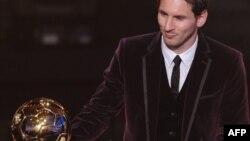 """Футболист Лионель Месси во время церемонии присуждения """"Золотого мяча"""". Цюрих, 9 января 2012 года."""
