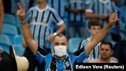 Navijač nosi masku na fudbalskom stadionu