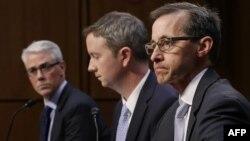 ԱՄՆ - Facebook, Twitter և Google ընկերությունների ներկայացուցիչներ Քոլին Սթրեթչը (ձախից), Շոն Էդջեթը (կենտրոնում) և Ռիչարդ Սալգադոն Սենատում լսումների ժամանակ, Վաշինգտոն, 31-ը հոկտեմբերի, 2017թ․