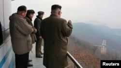 Kim Jong-Un inspectînd locul de lansare al unei noi rachete
