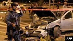 Pamje të makinës që ka goditur këmbësorët në Jerusalem, pasi që është përplasur duke ikur nga policia
