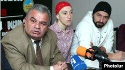 Քաջարանի գյուղապետ Ռաֆիկ Աթայանը (ձախ) եւ բնապահպանական ակտիվիստները, 28 դեկտեմբեր, 2011