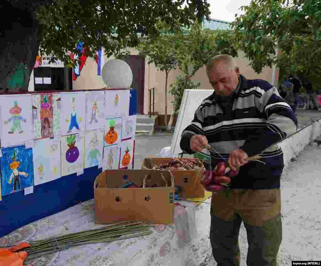 Свою продукцию для продажи представил лишь один местный житель Иван Марченко.