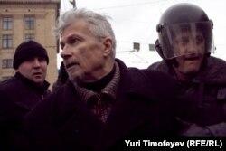 Eduard Limonov mitinqdə həbs olunarkən.