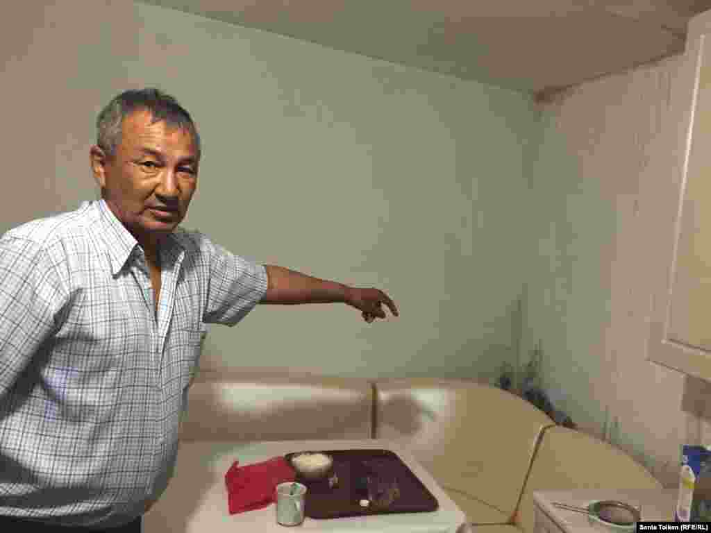 Орынбасар Ешманов страдает от астмы, он говорит, что после ливней в доме стоит сырость и это приносит трудности.