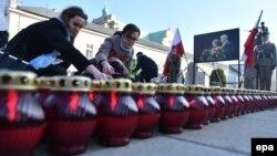 Установка свечей перед президентским дворцом в Варшаве по случаю седьмой годовщины катастрофы президентского самолета под Смоленском. 10 апреля 2017 года.