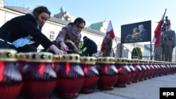 В Варшаве зажигают свечи в память о погибших в авиакатастрофе под Смоленском