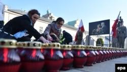 Установка свечей перед президентским дворцом в Варшаве по случаю 7-й годовщины катастрофы президентского самолета под Смоленском
