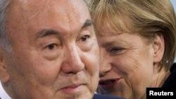 Қазақстан президенті Нұрсұлтан Назарбаев пен Германия канцлері Ангела Меркель. Берлин, 8 ақпан, 2012 жыл. (Көрнекі сурет)